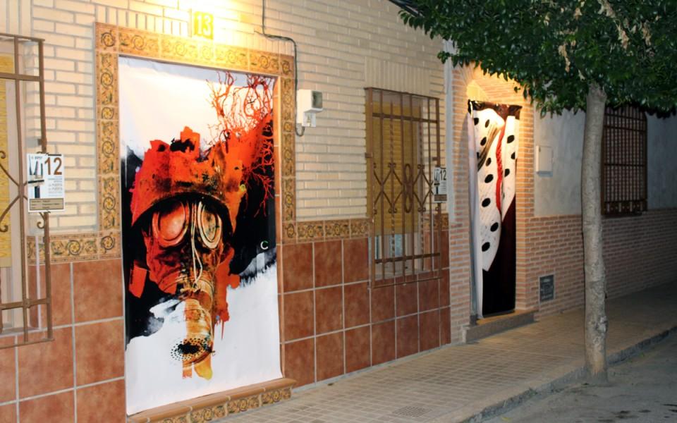 """Llega la macroexposición """"De Puerta en Puerta"""" con más de cien cortinas de artistas de 17 países"""
