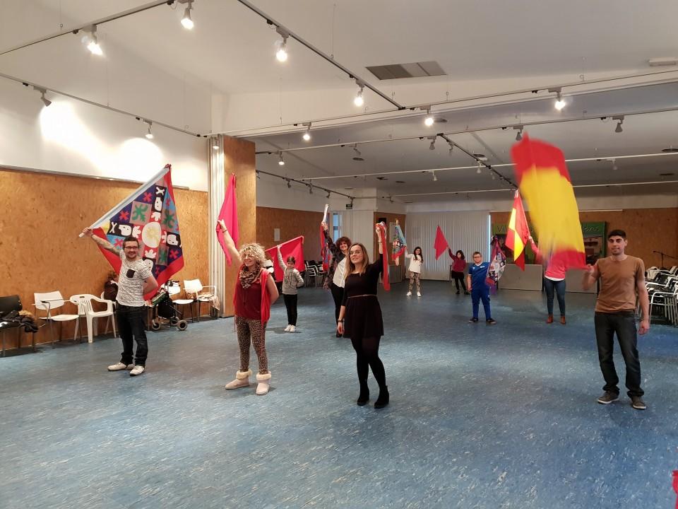 El taller de aprender a bailar la bandera de ánimas llega a su final