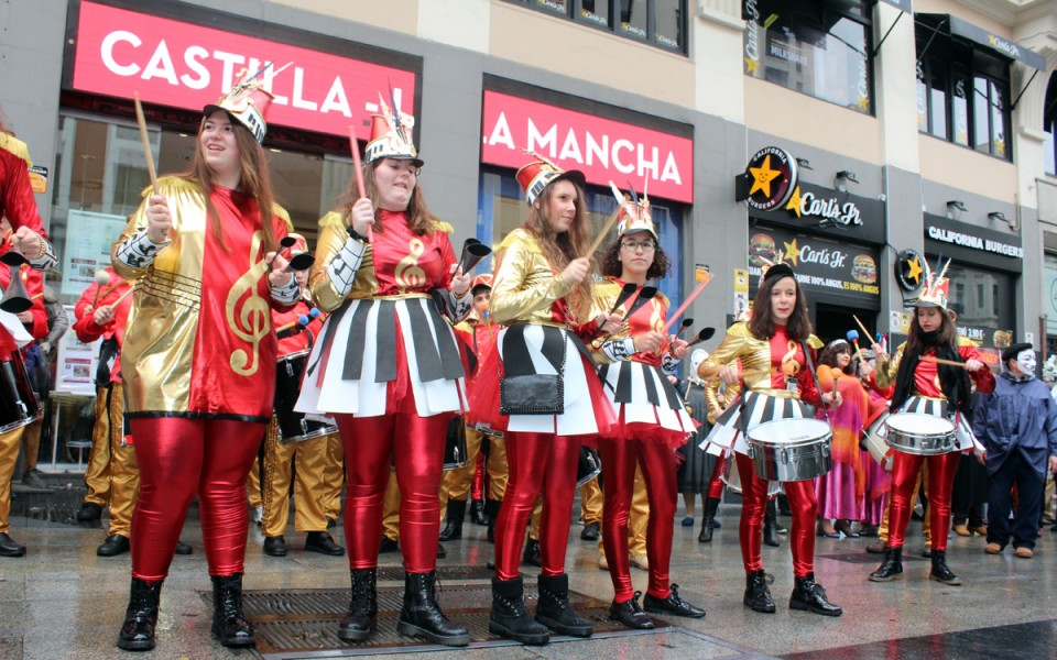 """El Carnaval y la Fiesta de Ánimas de Villafranca desafían al frío y la lluvia e """"inundan"""" Madrid de tradición"""